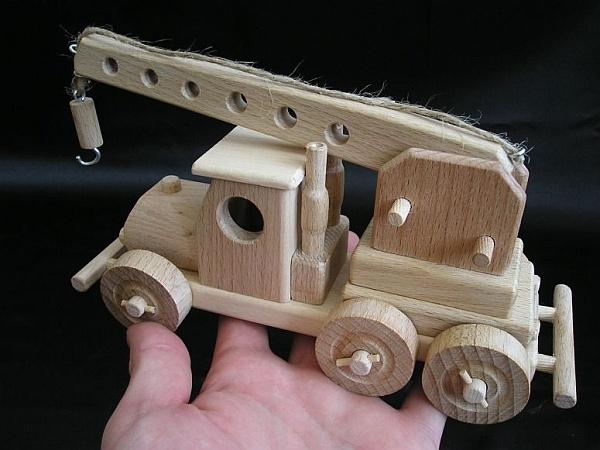 spielzeug kran aus holz holzspielzeug f r kinder lkw flugzeuge stra enbahn bus. Black Bedroom Furniture Sets. Home Design Ideas