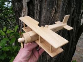Historisches Holzflugzeug - großes Doppeldecker mit Luftschraube