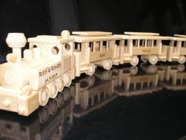 Züge aus Holz. Lokomotive mit 3 Waggons