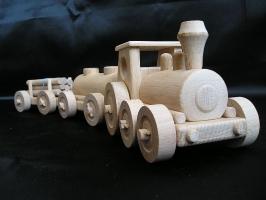Güterzug Spielzeug aus Holz. Holzbahn für Kinder