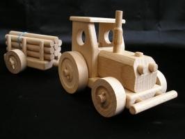 Spielzeug Traktor aus Holz mit Anhänger