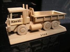 LKW Geschenk auf der Basis aus Holz