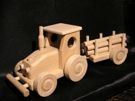 Hölzerner Traktor mit Abstellgleis, Spielzeug