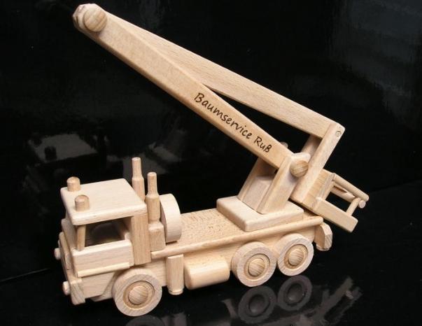 LKW-Arbeitsbühne Hubsteiger Hubarbeitsbühne Hebebühne mieten Holzspielzeug