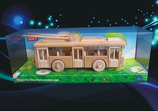 Obus aus Holz. Holzspielzeuge und modell nur für Kinder.
