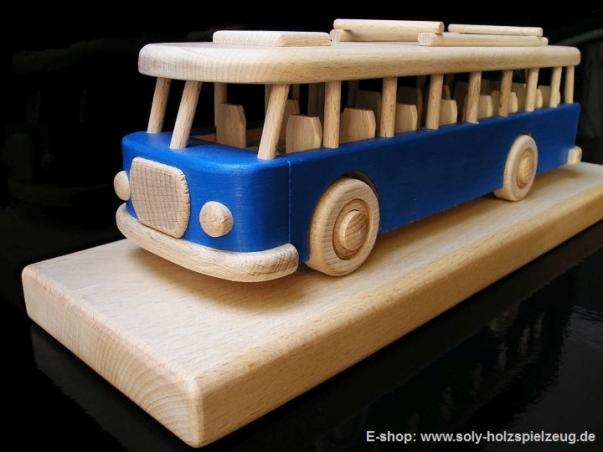 Spielzeugbus - blau Holgeschenk auf hölzerner Stand