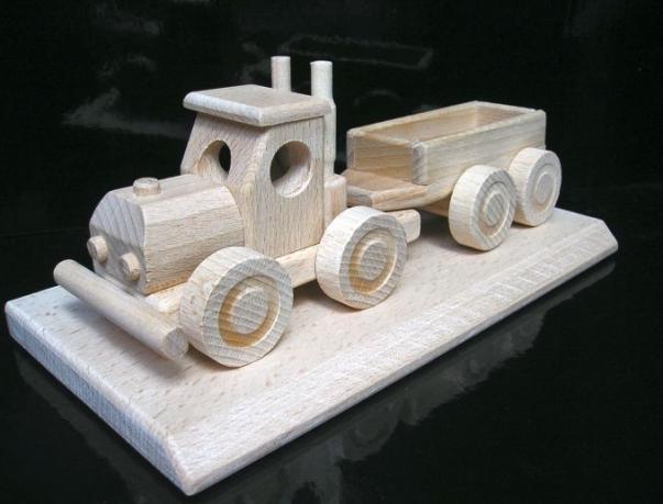 Ein Geschenk für einen LKW-Fahrer, ein hölzernes Auto