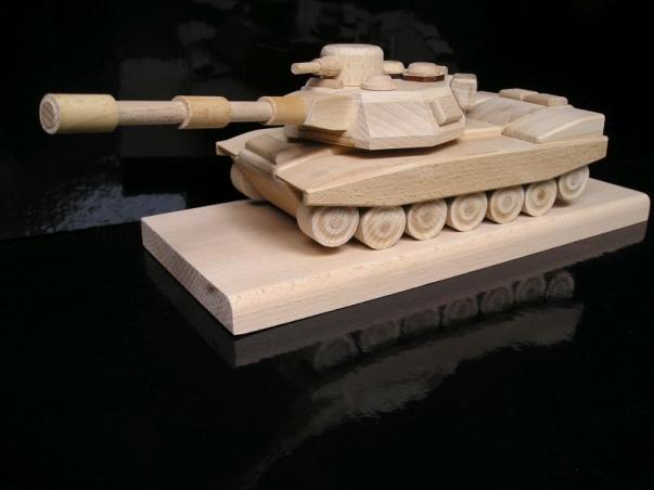 Geschenk Panzer mit Buchensockel