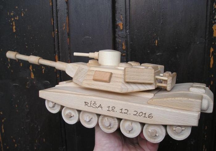 Militärtank aus Holz