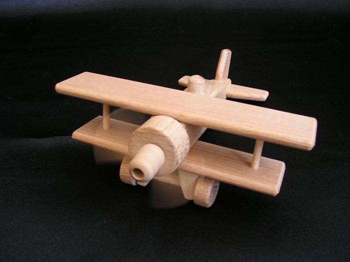 holz-spielzeuge-flugzeuge