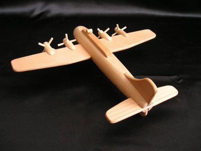 Holzmodell_amerikanisches_Bombenflugzeug_B17
