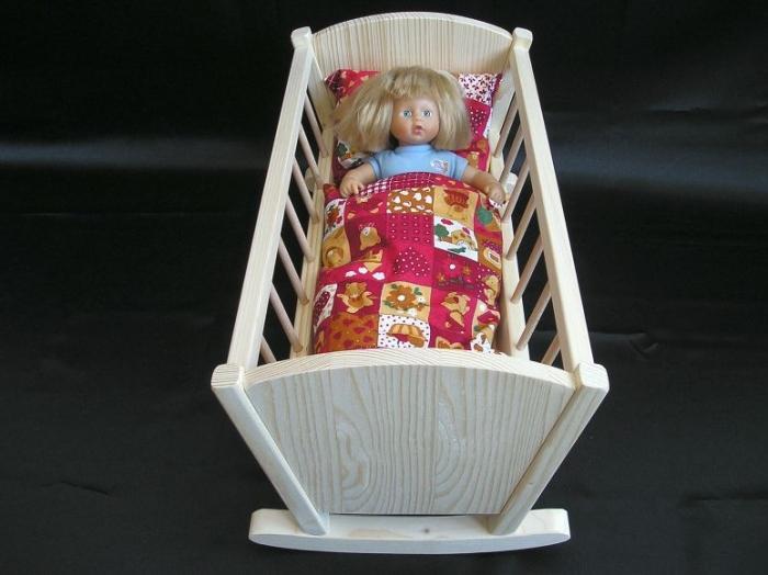 Puppe_in_Wiege_Spielzeuge_für_Mädchen_zum_Spielen