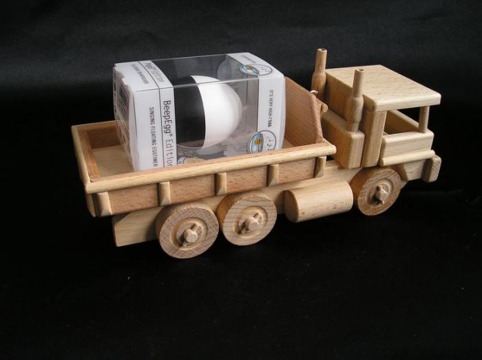 Holz-LKW_bringt_Kindern_Weihnachtsgeschenke