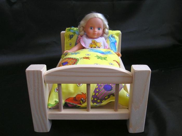 Holzbettchen_zum_Spielen_mit_Puppen