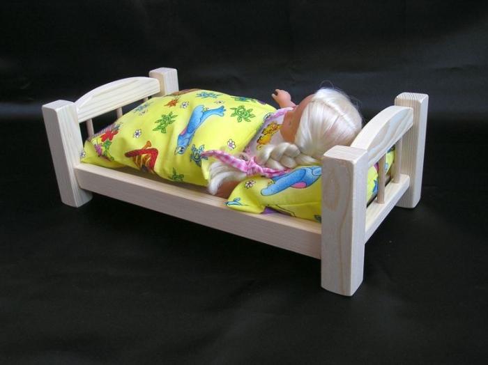 Puppe_im_Holzbett_Spielzeug_für_Mädchen