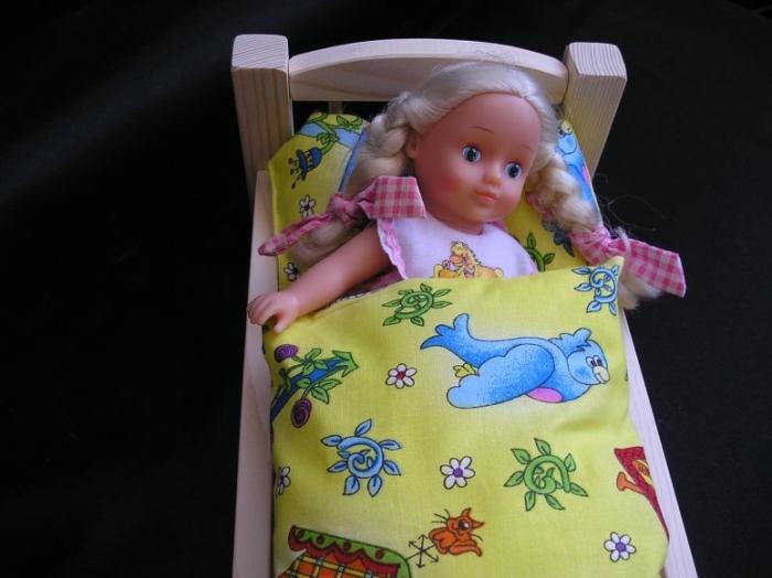 Puppe_schläft_im Bettchen_mit_Bettwäsche