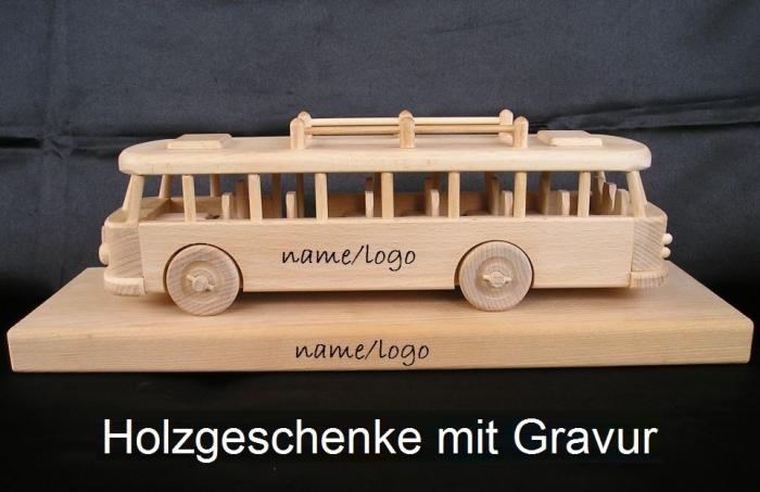 Bus Spielzeug aus Holz mit Sockel