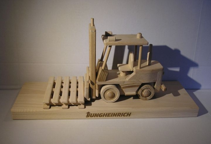 Gabelstapler Jungheinrich auf einem Holzstände