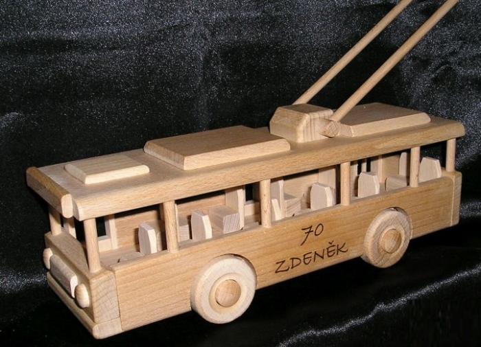O-bus Spielzeug aus Holz als Geschenk zum 70 Geburg