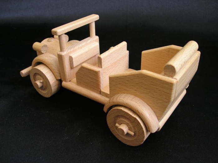 Veteran_aus_Holz_als_Kinderspielzeug