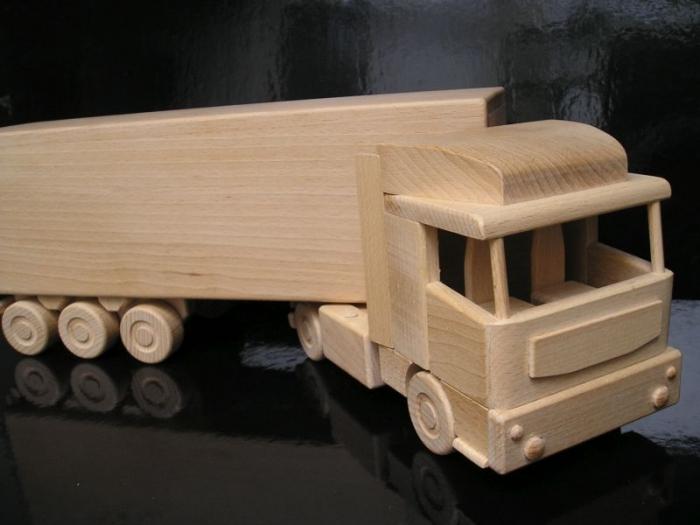 Holz-LKW, Geschenk Flasche Wein ein Spielzeug