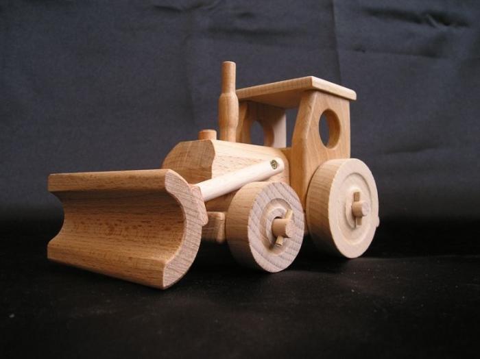 Kleiner Holz Traktor mit Pflug