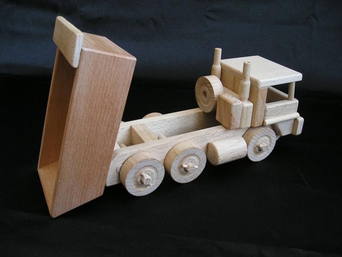 Holz-LKW_Tatra_für_Kinder_Spielzeugladen_Prag_Brünn
