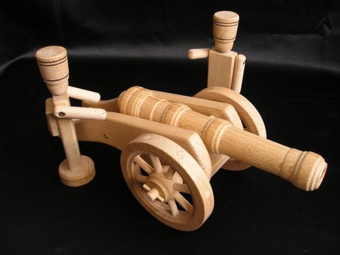 spielzeug-soldaten-mit-kanone-aus-holz