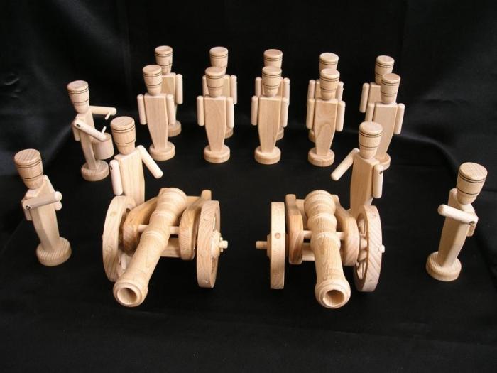 Holz-Spielzeug-Soldaten-mit-kanonen