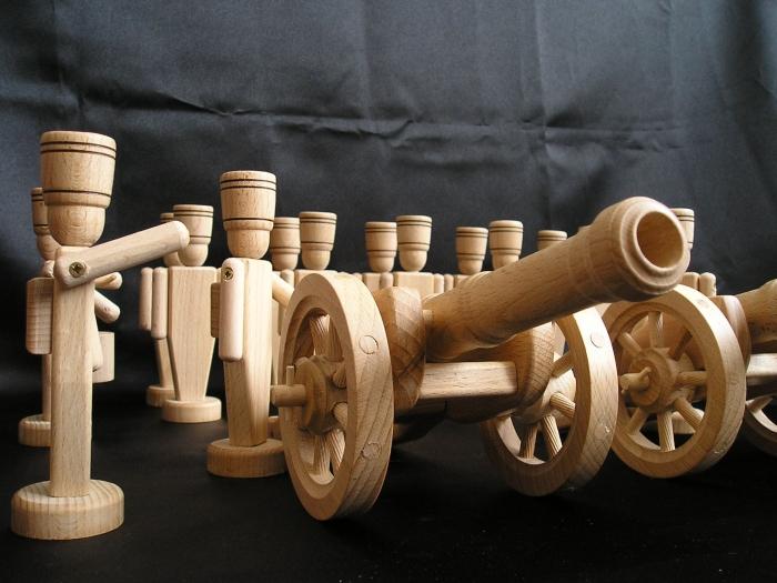 souvenir-holz-soldaten-mit-kanonen