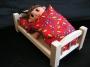 Bumble-Bee_schläft_im_Kinderbett