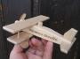 kleines hölzernes flugzeug für kinder