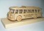 Bus aus Holz na der Stand